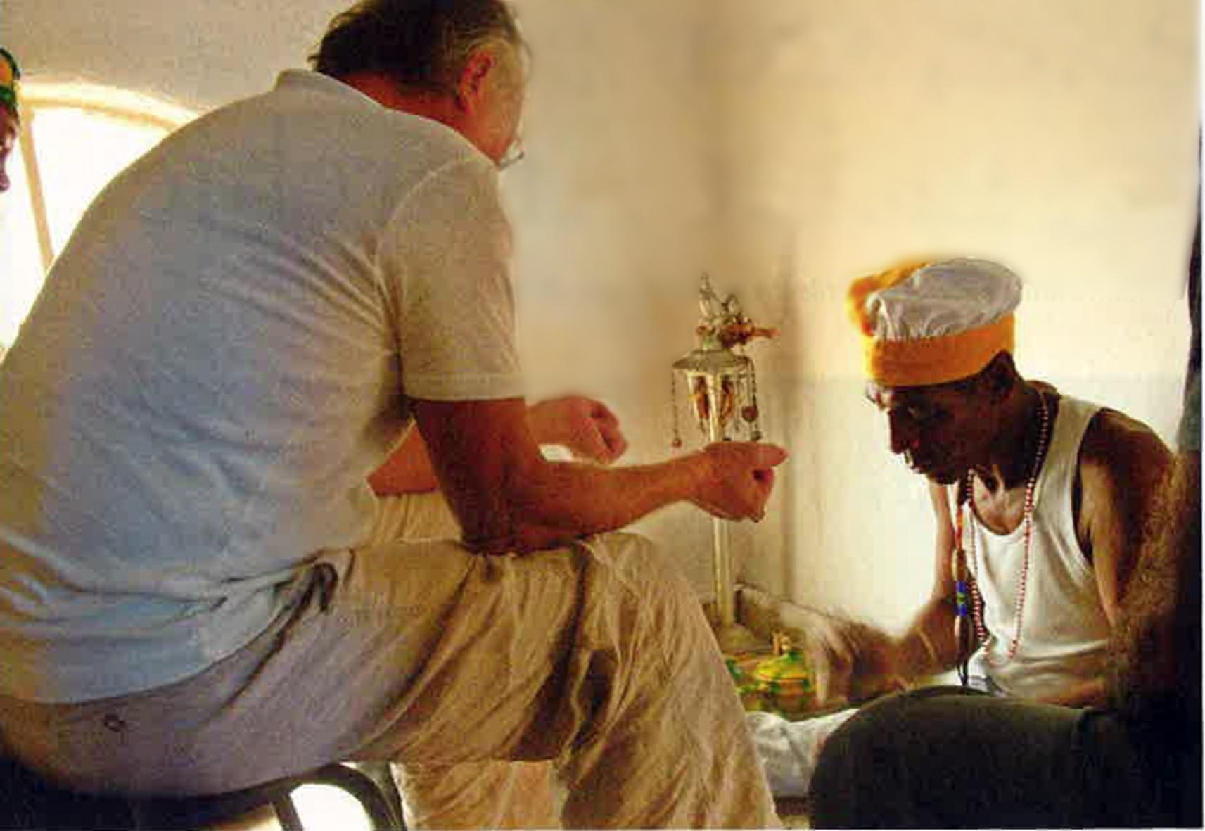 Der Meister und Margarita: Frank Castorf bei einer Santeria-Zeremonie in Kuba – Foto: Carolin Mylord