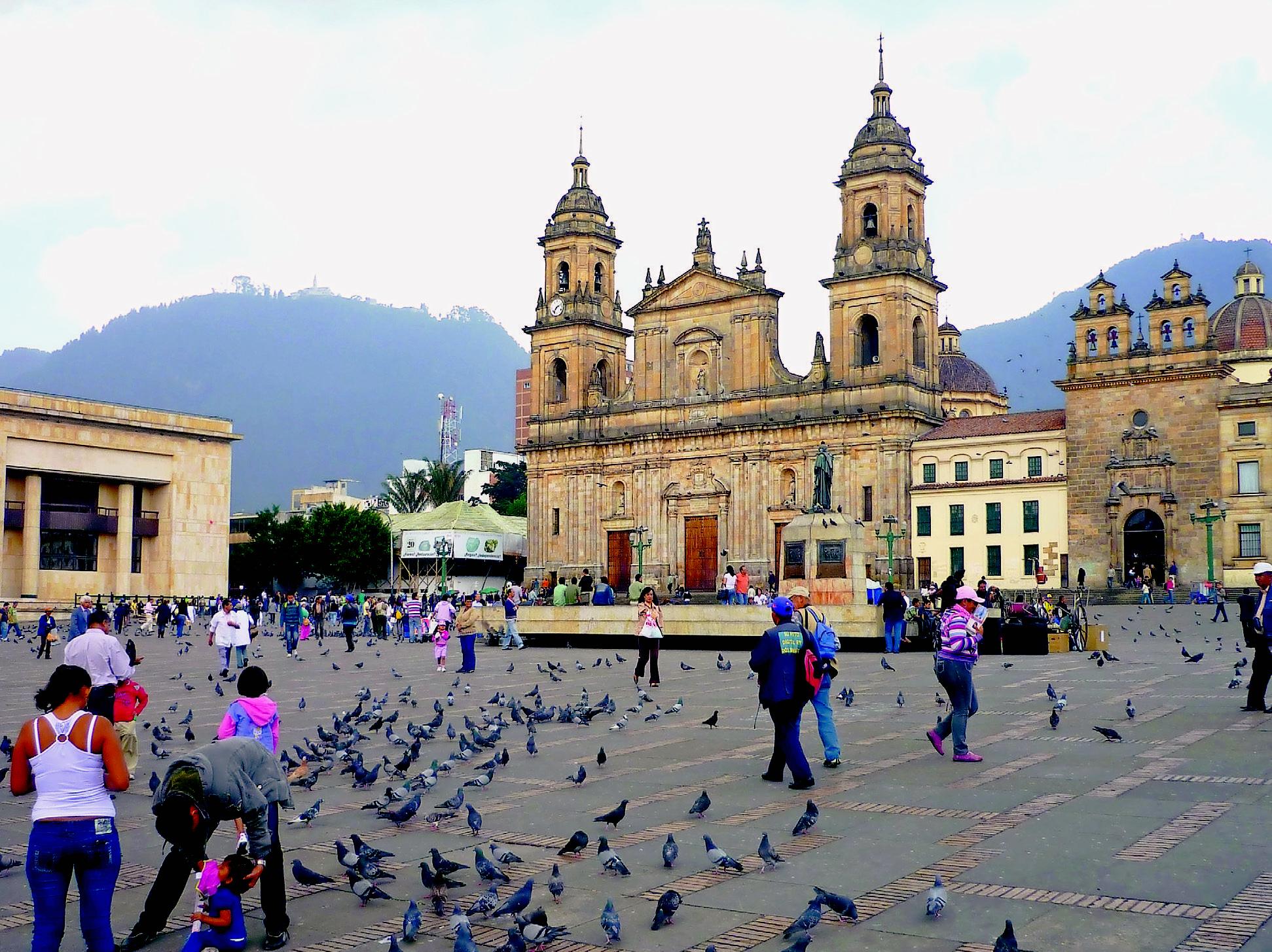 Der Plaza de Bolívar ist der zentrale Platz im Altstadtvertel La Candelaria, dem historischen Kern der kolumbianischen Hauptstadt. Viele der ehemaligen Herrenhäuser sind heute Theater, Galerien und Museen. Auch das Mapa Teatro sitzt hier – Foto: Friedhelm Teicke