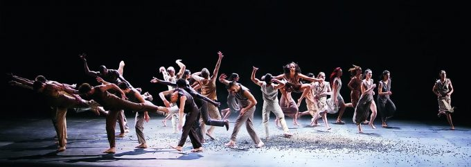 "Ensembleszene in Sasha Waltz' ""Le Sacre du Printemps"" – Foto: MuTphoto/ Barbara Braun"