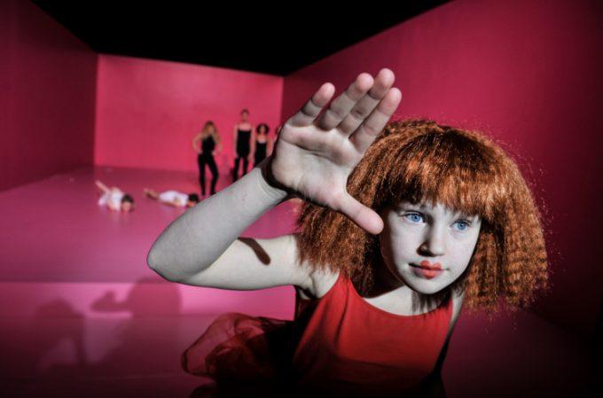 """Emmi Büter in """"Alice"""" als Herzkönigin – Foto: Arno Declair"""