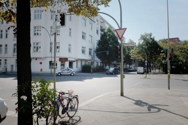 Der Tatort: Das Auto kam von rechts, die Insassen schossen auf zwei Männer, die vor einem Café standen. Einer schoss zurück auf das Auto, das nach links in Richtung Lietzenburger Straße fuhr. Eine Passantin wurde verletzt Foto: Petra Konschak