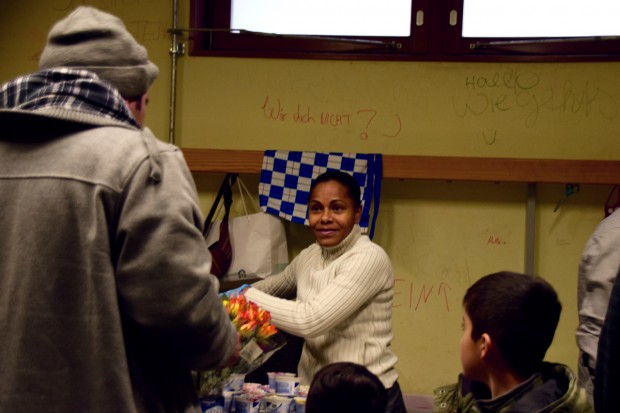 Die Brasilianerin Ivanette gibt seit der Beschlagnahmung der Turnhalle Essen aus. Inzwischen wird sie dafür bezahltFoto: Sascha Lübbe