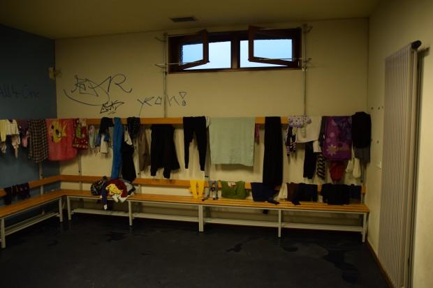 Vor der Beschlagnahmung wurde die Turnhalle von zwei Schulen und mehreren Vereinen genutzt. Heute wird in den Umkleiden unter anderem Wäsche getrocknet. Foto: Sascha Lübbe