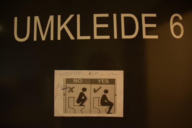 Improvisierte Schilder erklären, wie deutsche Toiletten funktionierenFoto: Sascha Lübbe