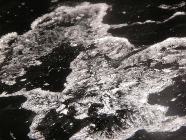 In der Medizin wird Ketamin flüssig verwendet. Freizeit-User trocknen es auf glatten Flächen. Dann sieht es so aus wie hier Foto: Coaster420 - India / Licensed under Public Domain