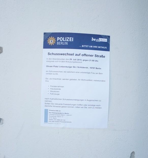 Die Einschusslöcher am Olivaer Platz sind immer noch zu sehen (linke Seite). Die Polizei bittet unterdessen Anwohner, sie sollen Fensterrahmen und Hauswände nach weiteren Schussbeschädigungen untersuchen Foto: Petra Konschak