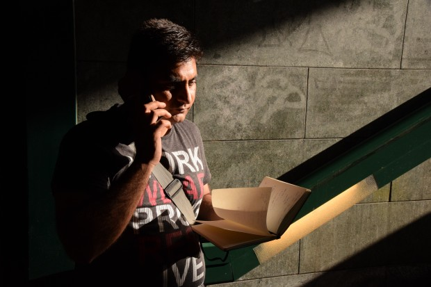 """Samee wartet seit zwei Jahren auf seinen Asylbescheid. Er fragt sich: """"Wenn es keinen Ort für dich gibt, was ist dann der Sinn des Lebens?"""" Foto: Sascha Lübbe"""