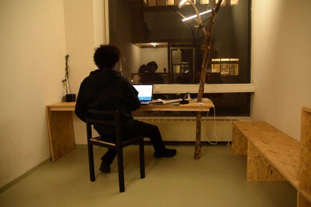 Abdimalik büffelt im WG-Zimmer. Foto: Sascha Lübbe