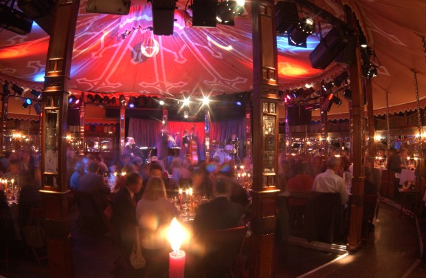 Edel-Entertainment im Spiegelzeit: die Bar jeder Vernunft – Foto: Brigitte Heinrich / POP EYE