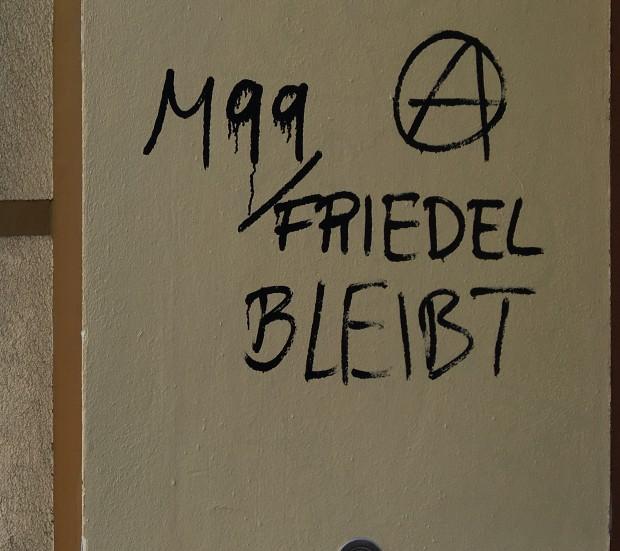 Graffiti an Hauseingang in der Reichenberger Str.: M99 bleibt Foto: Petra Konschak