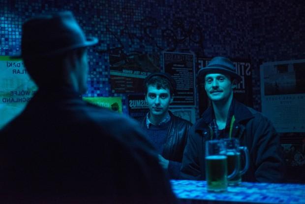 """Beide singen, schreiben Songs, spielen Gitarre. Beide bei aufstrebenden Berliner Bands, die zwar verschiedene Soundvorstellungen haben, aber die ein gewisser Existentialismus eint, der gut in den Berliner Winter passt. Tobi Bamborschke von Isolation Berlin (29) und Ben Hartmann von Milliarden (29, rechts) trafen sich im Südblock am Kottbuser Tor zum Gespräch. """"Und aus den Wolken tropft die Zeit"""", das erste Album von Isolation Berlin, erscheint am 19. Februar. Milliarden bringen am 15. Januar ihre neue Single """"Oh Cherie"""" heraus und arbeiten gerade an ihrem Debüt. Foto: F. Anthea Schaap"""