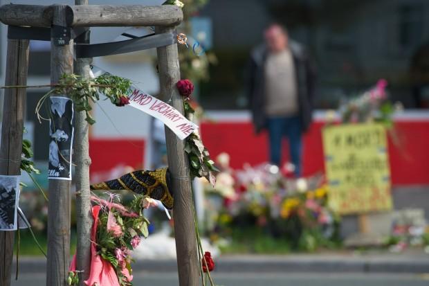 Berlin Mord in Neukoelln In der Nacht zum 5. April 2010 schoss ein Unbekannter im Berliner Bezirk Neukoelln auf eine Gruppe von fuenf Jugendlichen. Der 22 Jahre alte Burak B. wurde dabei getoetet, mehrere andere z.T. schwer verletzt. Die Polizei fahndet nach einem 40 - 60 jaehrigen Mann und schliesst einen rechtsextremen Hintergrund nicht aus. Im Bild: Der Tatort in der Rudower Strasse geschmueckt mit Blumen und Plakaten. 16.4.2012, BerlinFoto: Christian Ditsch/imago