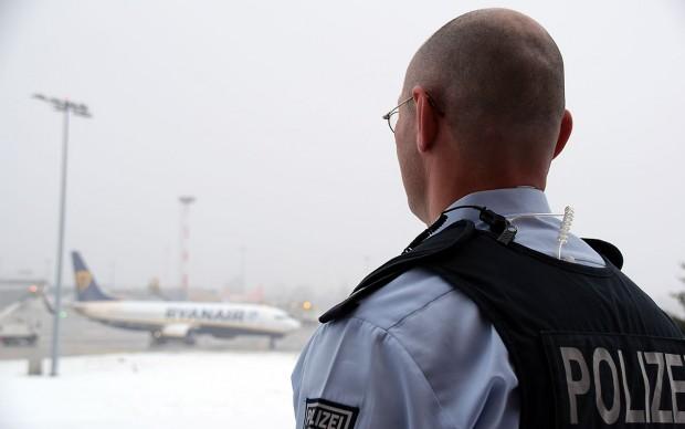 """""""Wir sind das letzte Glied der Kette"""": Bundespolizist Andreas Neumann (o.), 45, hat bereits über 100 Abschiebungen begleitetFoto: Sascha Lübbe"""