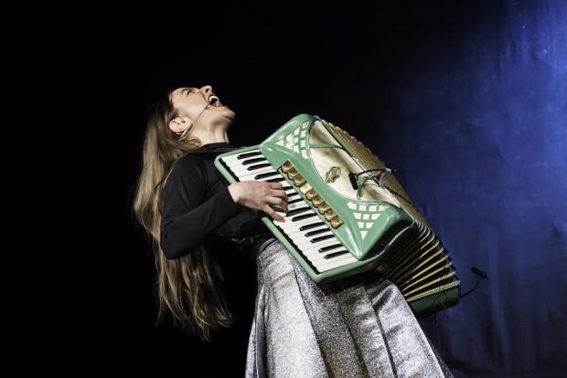 Lindgrün und grotesk: Annika von Trier - Foto: www.curious.zone