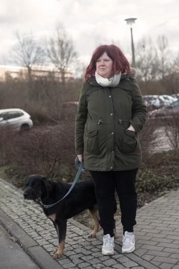 »Bei mir im Haus wohnen drei Flüchtlingsfamilien, da ist nachts ständig Geschrei. Die stehen dann nicht auf und kümmern sich um ihre Kinder. Ich würde gerne umziehen, aber ich kriege keine Wohnung, weil die Flüchtlinge Vorrang haben.« Carola, 34 JahreFoto: F. Anthea Schaap
