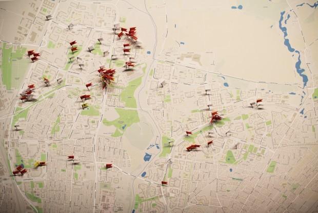 Die Karte zeigt die Tatorte rassistischer Vorfälle in Marzahn-Hellersdorf, das Foto auf unserem Cover eine Unterführung an der Raoul-Wallenberg-Straße. Dort griff ein Dutzend Neonazis mit einer Eisenstange einen Migranten anFoto: Antirassistische Registerstelle der Alice-Salomon-Hochschule