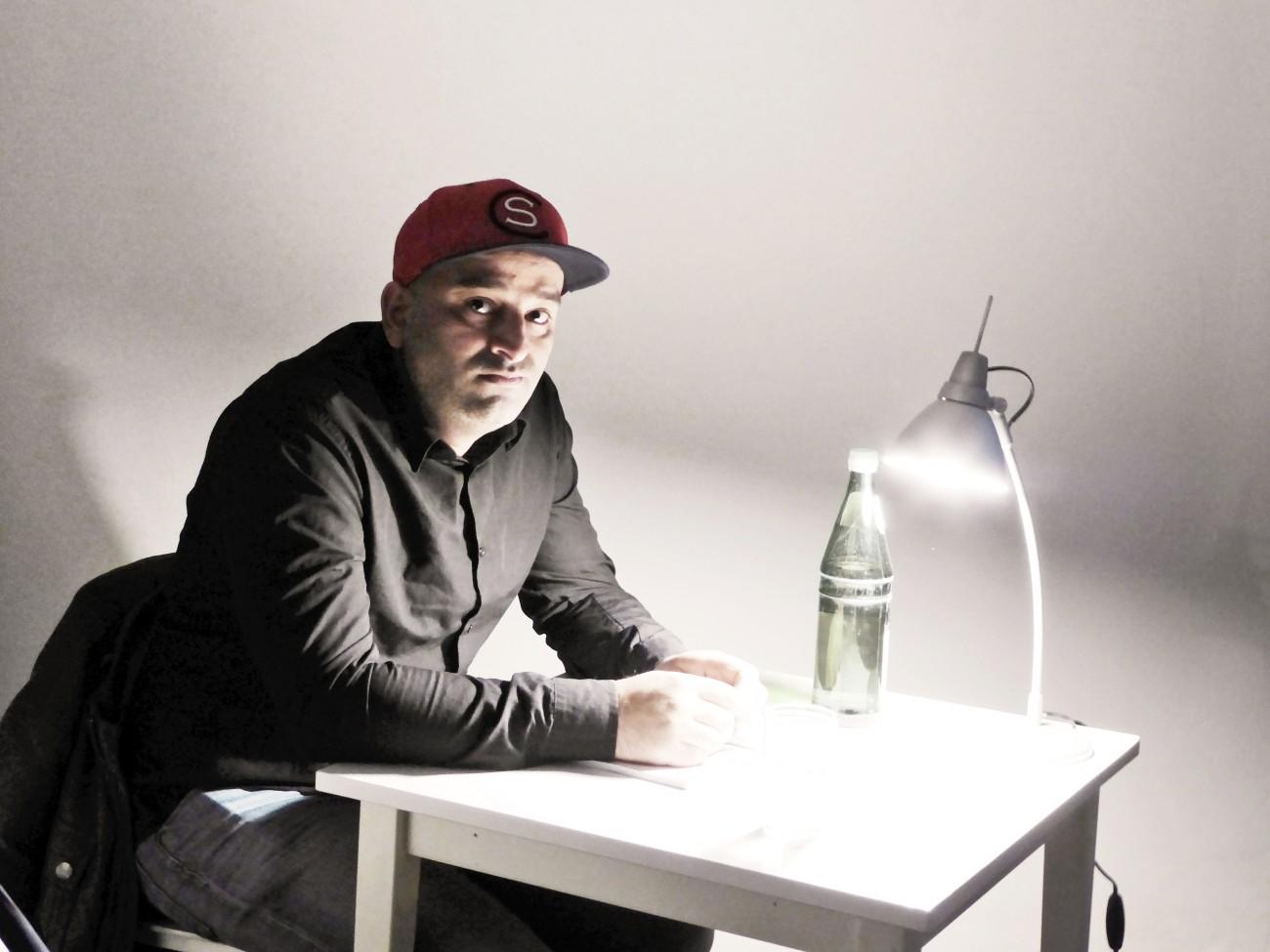 Hammed Khamis Der Schriftsteller und Blogger ist das elfte von 14 Kindern einer Großfamilie aus dem Libanon. In seinem Geburtsort Osnabrück war er Mitglied einer Jugendgang. In Berlin, wo er 2012 hinzog, engagiert er sich für Geflüchtete, leitet eine Integrationsschule. Zudem ist er Referent an der Polizeiakademie Oldenburg und arbeitet in fünf Jugendvollzugsanstalten in Nordrhein-Westfalen mit Jugendlichen.Foto: Privat