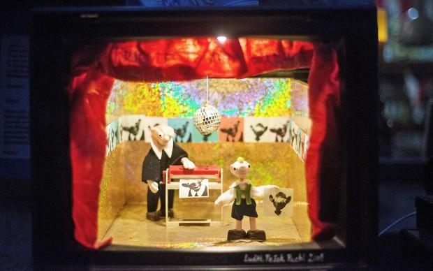 Die Marionetten Spejbl und Hurvínek: Nicht ganz so beliebt wie der Maulwurf, aber immerhin im hauseigenen Minitheater vertreten. Und auf Luděk Pachls Brust tätowiertFoto: F. Anthea Schaap