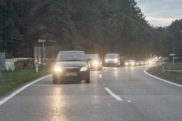 Mit diesen 25 Fahrzeugen transportierten die Schleuser 60 Menschen zur GrenzeFoto: Björn Kietzmann