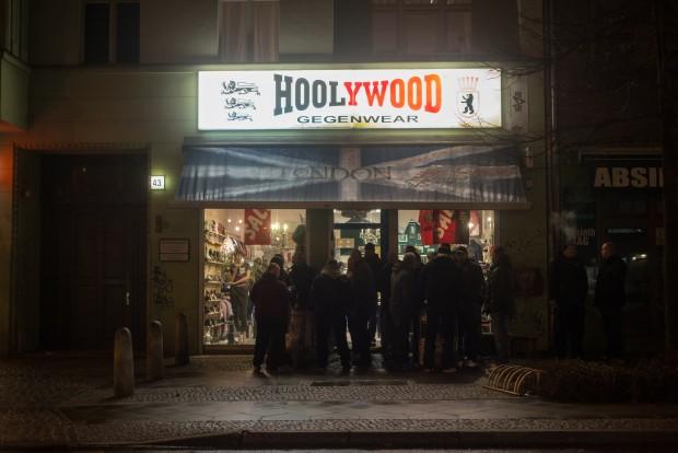 Vor dem Hoolywood, einem Klamotten-Laden für Bomberjacken und schwere  Stiefel, stimmen sich BFC-Fans auf die Heimspiele im Jahn-Stadion einFoto: F. Anthea Schaap