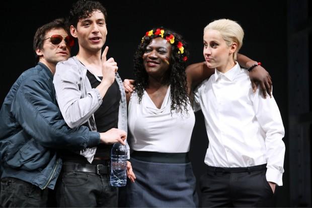 Queeres Kaleidoskop: Das Ensemble ist toll – Foto: Ute Langkafel