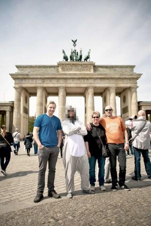Als Maskottchen vor dem Brandenburger Tor Fotos machen darf man übrigens auch nicht
