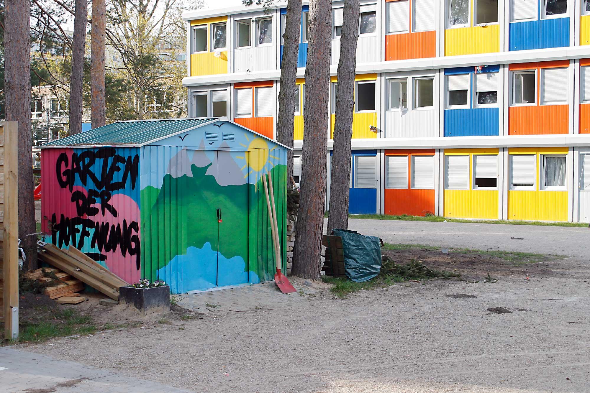 So bunt ist es im Allende-Viertel II sonst nirgendwo. Die Plattenbausiedlung rund um das Flüchtlingsheim ist eine NeonazihochburgFoto: Jens Hollah