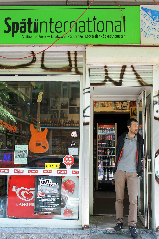 Mehmet Sevim hat den Spätkauf International  im April 2015 mit seinen Brüdern übernommen Foto: Tamara Dauenhauer