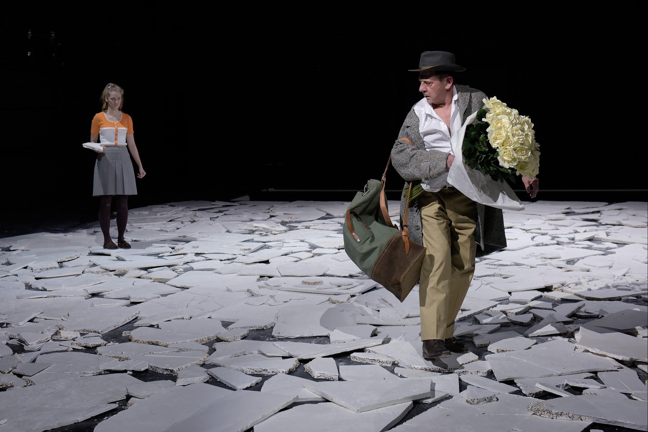 """Eines von elf Gastspielen bei den Autorentheatertagen: Fritz Katers """"I'm searching for I:N:R:I (eine Kriegsfuge)"""" vom Schauspiel Stuttgart, Regie: Jossi Wieler – Foto: Thomas Aurin"""