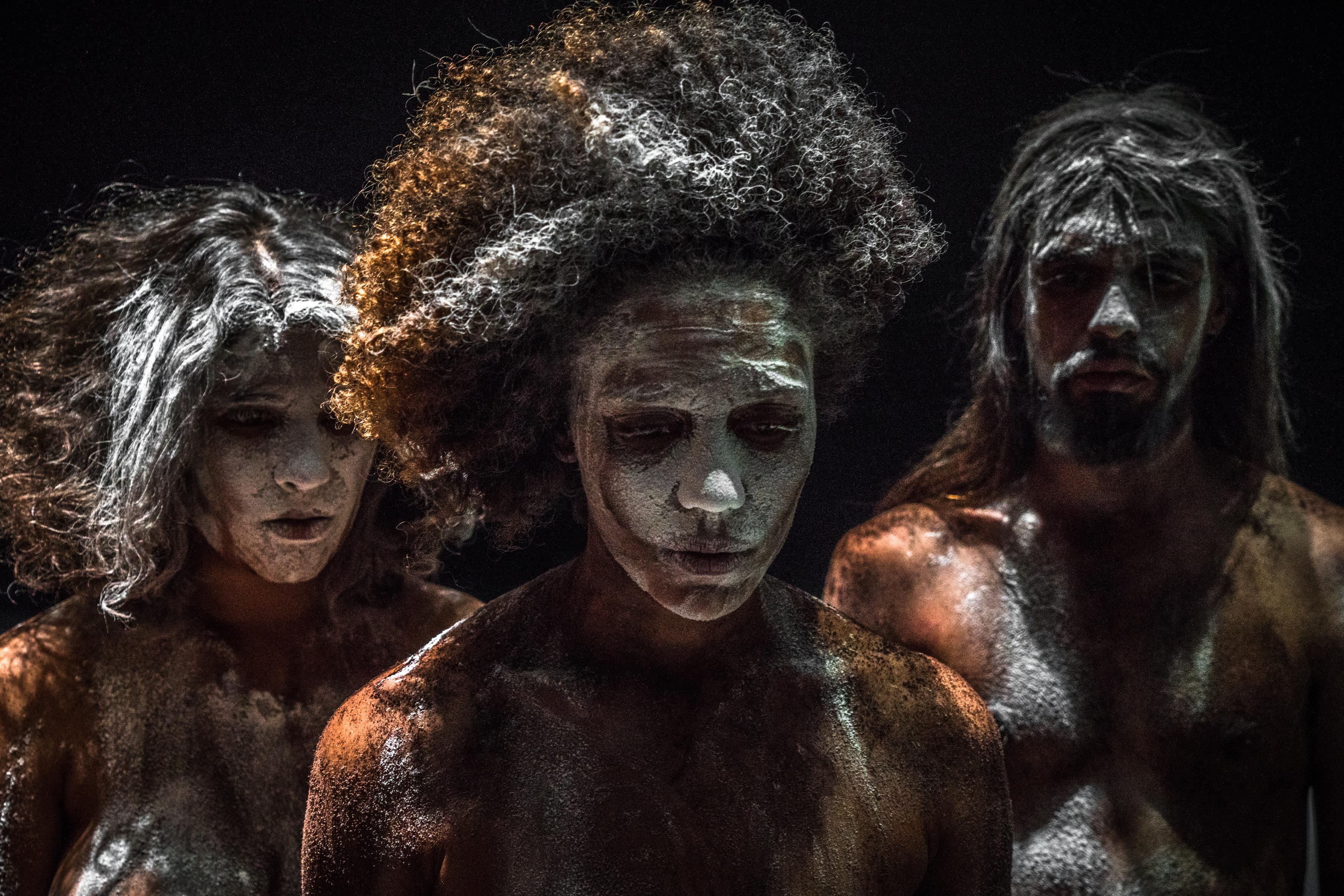 """Kaffee und Kurkuma: Lia Rodrigues' Companhia de Dança in """"Para que o céu  não caia"""" – Foto: Sammi Landweer"""