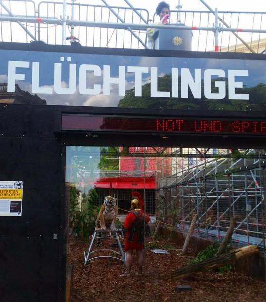 """""""Warum kommen die Flüchtlinge nicht einfach mit dem Flugzeug?"""": Cynthia Micas (oben), Tiger (unten) in """"Not und Spiele"""" – Foto: Friedhelm Teicke"""