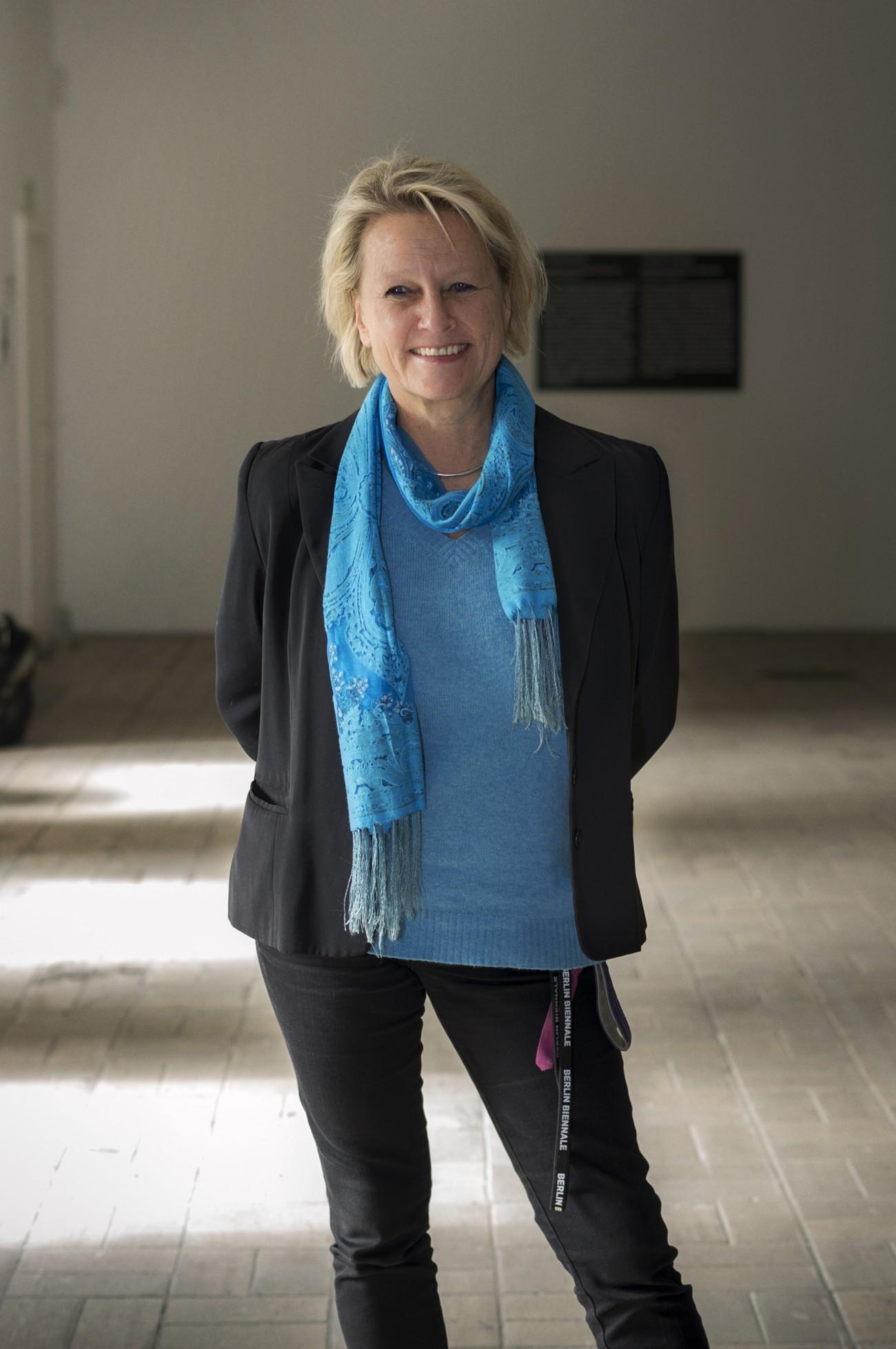 Den Staatsdienst quittierte sie für die freie Kunst: Gabriele Horn, hier mit Biennale-Bändel am Bund. Foto: Karin Müller