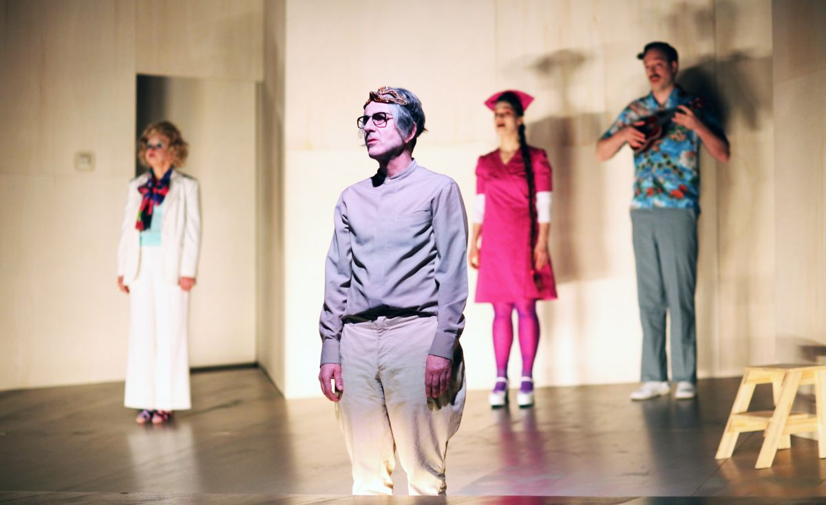 Ensemble: Anna Boettcher, Jakob Kraze, Elisabeth Heckel, Andrej von Sallwitz – Foto: Christian Brachwitz