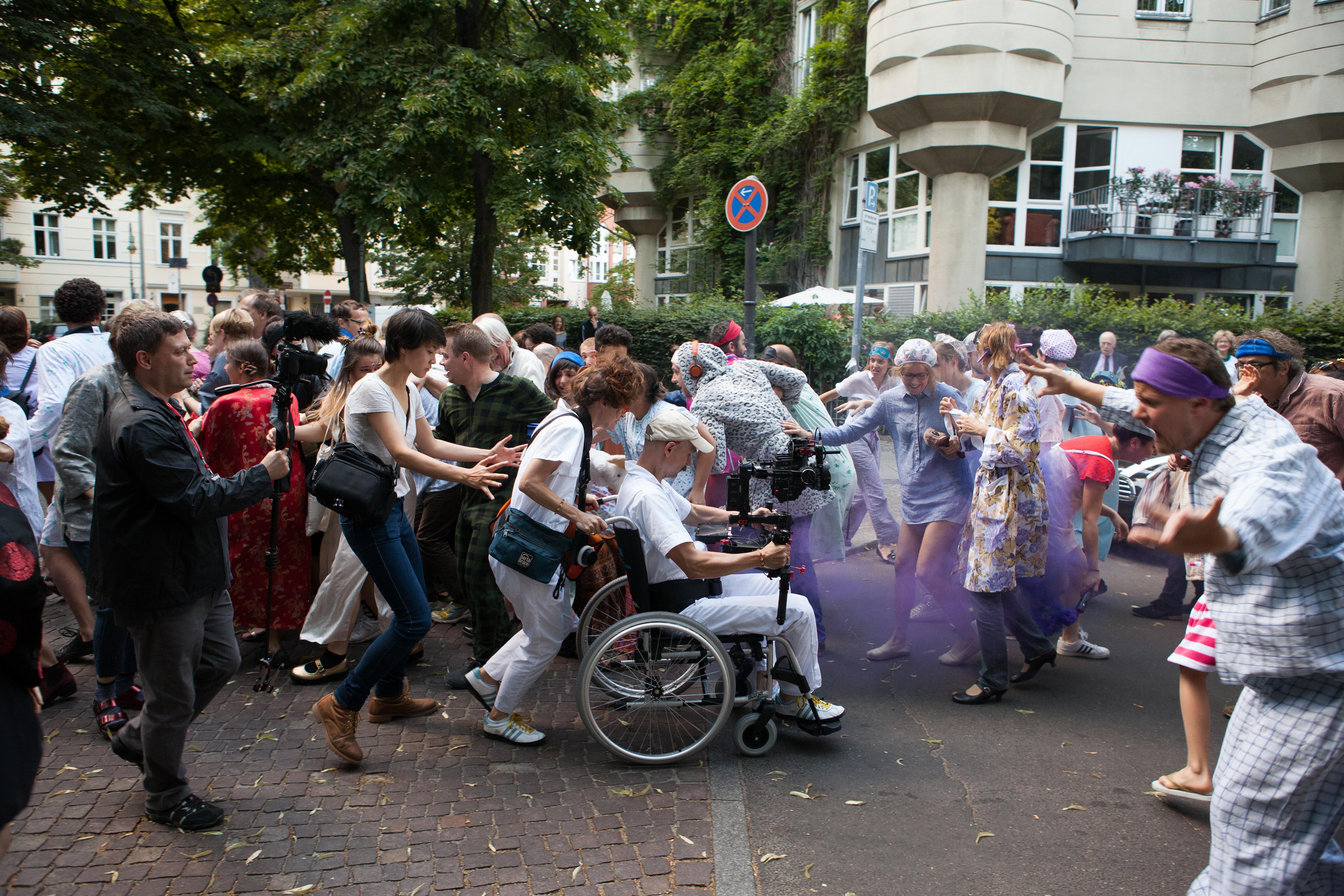 Flucht vor dem Sumpfmonster: Freiwillige beim Live-Dreh in der Schaperstraße in Wilmersdorf – Foto: Eike Walkenhorst