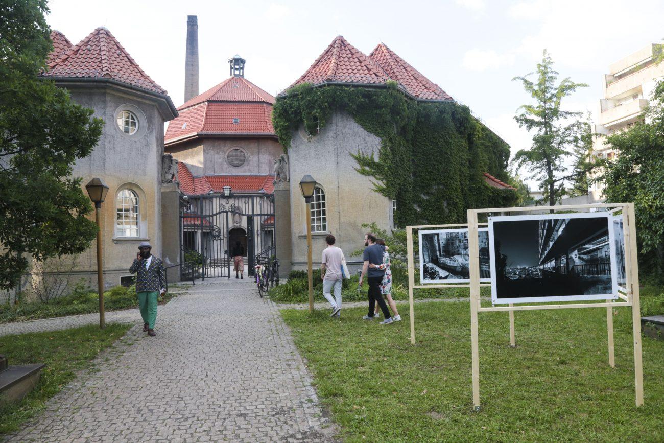 Der neue Sitz des Projektraums Savvy  im ehemaligen Krematorium. Im Vordergrund: Nassim Rouchiches Fotoinstallation