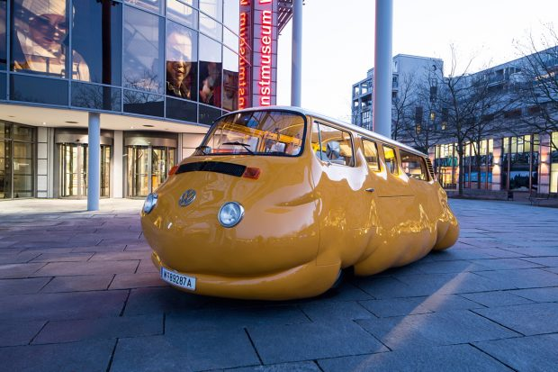 König Galerie | Erwin Wurm Curry Bus, 2015 Courtesy Studio Erwin Wurm und KÖNIG GALERIE Foto: Marek Kruszewski © VG Bild-Kunst, Bonn 2015