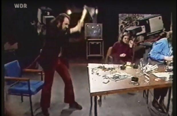 """Wolfgang Seidel schwingt die AxtFotos: Screenshot WDR/ WDF Talkshow """"Ende offen"""" 03.12.1971/ Quelle: Youtube"""