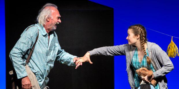 Altersdemenz als Komödie: Achim Wolff als Opa Amandus, Nastassja Revvo als Enkelin Tilda – Foto: DerDehmel / Urbschat