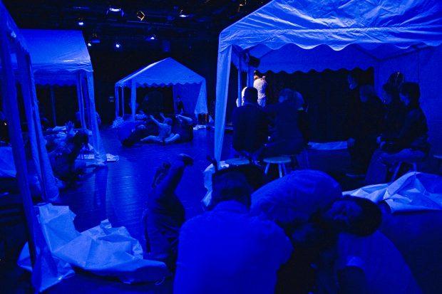 Zur Eröffnung der Jubiläumsspielzeit baut Thikwa eine Zeltstadt in sein Theater - Foto: Petra Seiderer