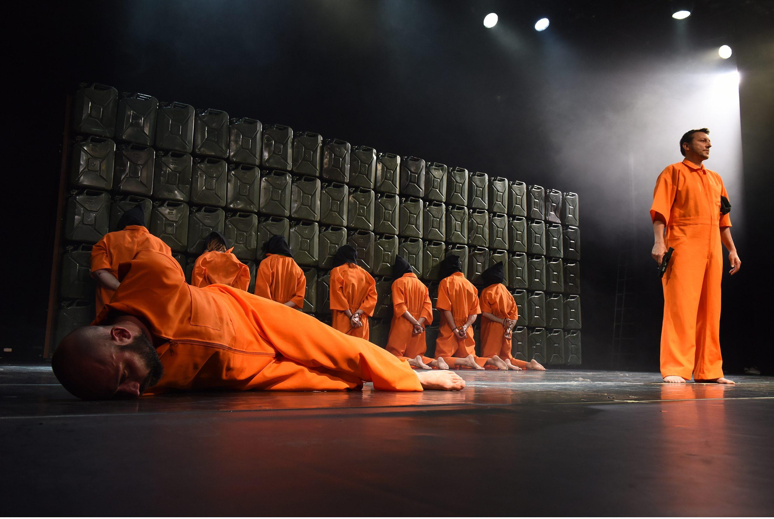 """Politisches Theater aus Kroatien: """"Naše nasilje i vaše nasilje / Unsere Gewalt und eure Gewalt"""" von Oliver Frljić – Foto: Wiener Festwochen/ Alexi Pelekanos"""