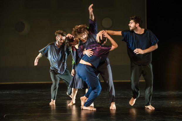 Tanz die eigene Traumrealität: Ensemble – Foto: Joerg Metzner