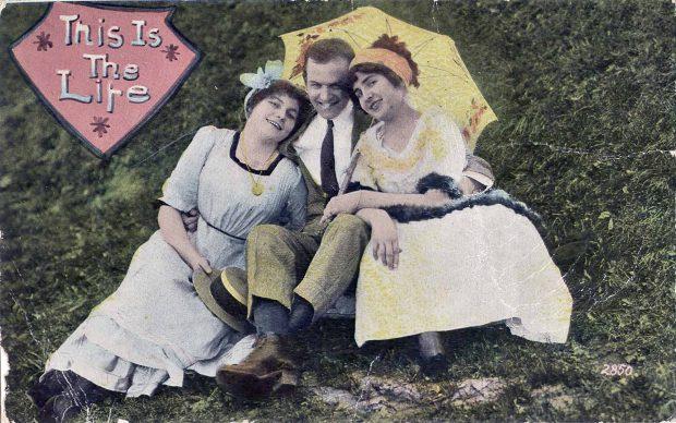 So spielt das Leben: Manchmal verliebt man sich in mehr als einen oder eine. Das wussten schon Jean-Paul Sartre, Simone de Beauvoir, Oma und OpaFoto: public domain/ wikimedia
