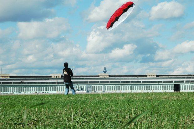 in der Mitte bläst immer ein Wind: Drachen auf dem Tempelhofer Feld. Herman / flickr / CC BY-SA 2.0