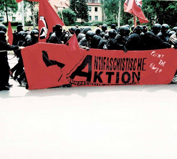 Autonomen-Demo 1994. Zu der Zeit war das Tragen von Helmen auf Demonstrationen noch legalFotos: Bernd Langer/ Martin Schwarzbeck