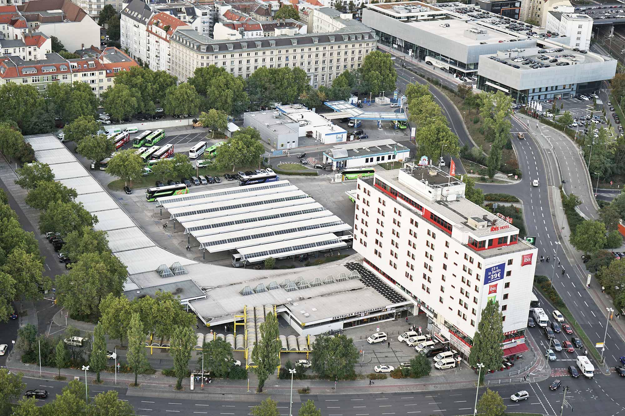 Der Zentrale Omnibusbahnhof (ZOB) am Funkturm ist 50 Jahre alt. Gerade wird er ausgebaut. 50 Busfirmen unternehmen täglich 780 An- und Abfahrten, für jährlich rund 5,5 Mio. ReisendeFoto: Gilly / flickr / CC BY 2.0