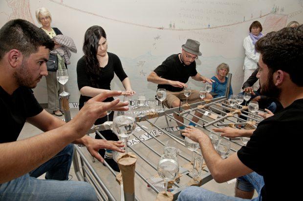 """""""Ode an die Freude"""" in einer Wasserglassymphonie, Aufführung im Museum für Europäischer Kulturen. Staatliche Museen zu Berlin, Museum Europäischer Kulturen, Foto: Ute Franz-Scarciglia"""