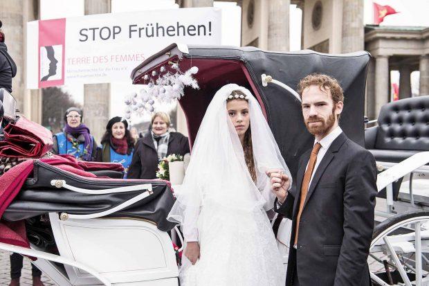 Es gibt mehrere Demonstrationen gegen Kinderehen, aber ein Verbot ist nicht so leicht: Im Sommer gab das Oberlandesgericht Bamberg einem Paar Recht, das gegen die Vormundschaft des Jugendamtes geklagt hatteFoto: imago/ Christian Ditsch