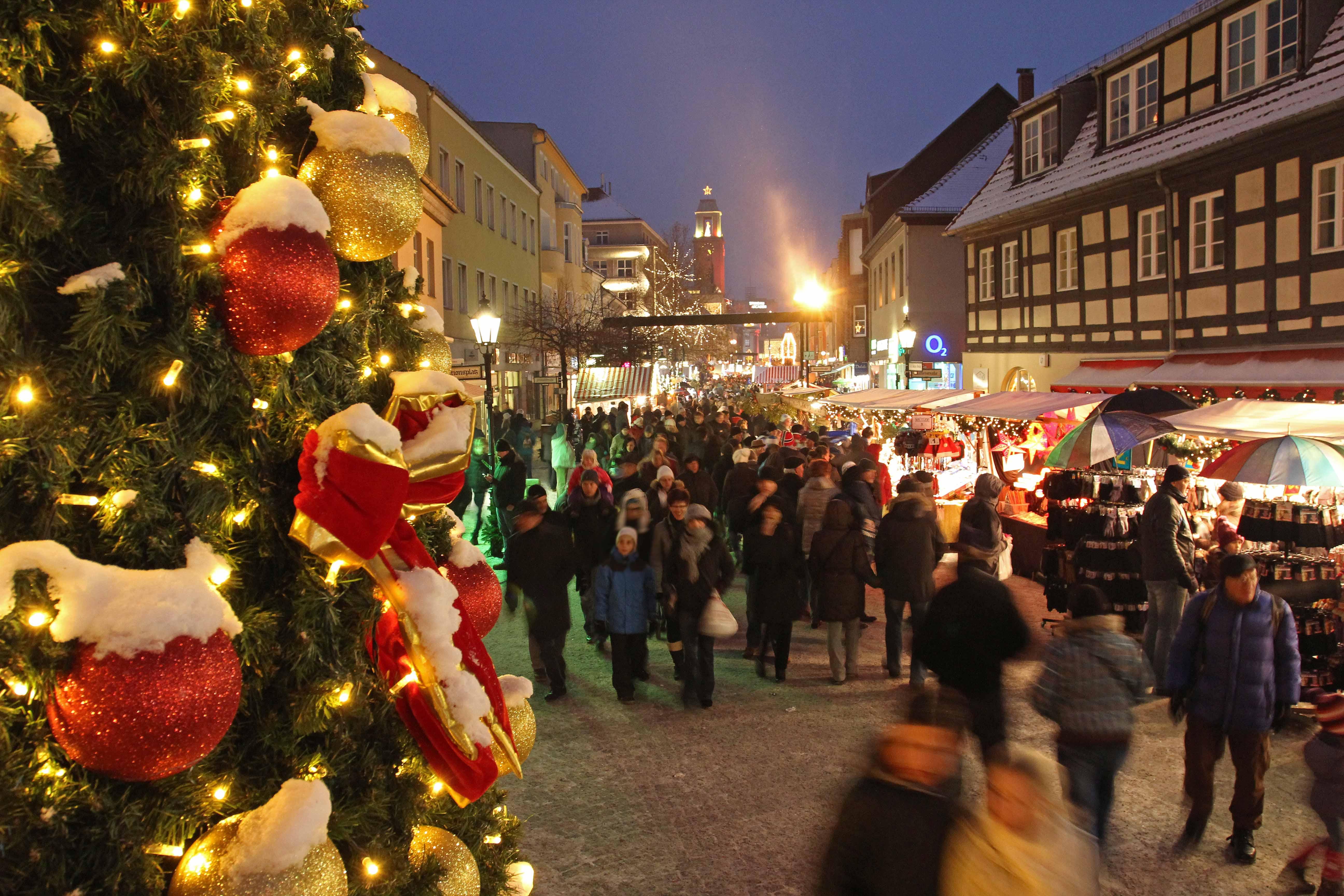 Hektik und Gemütlichkeit auf einmal: Ein klassischer Blick auf Berliner Weihnachtsmärkte.Foto: Raimund Müller / Partner für Spandau GmbH