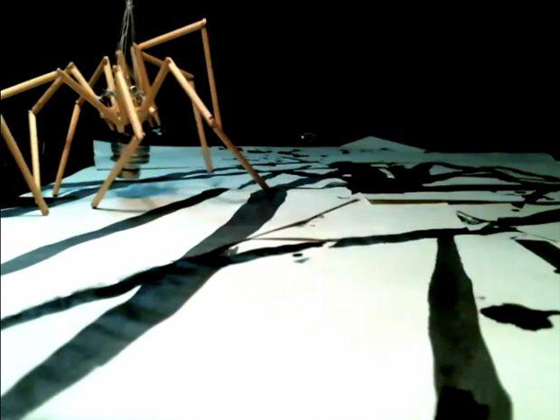 Menschenkörper stehen beim Schauspiel oft im Fokus. Dabei gibt es ja noch all die Dinge, die uns umgeben und die unsere Welt nicht minder bestimmen – Foto: Vincent Glowinski & Teun Verbruggen (Belgien)