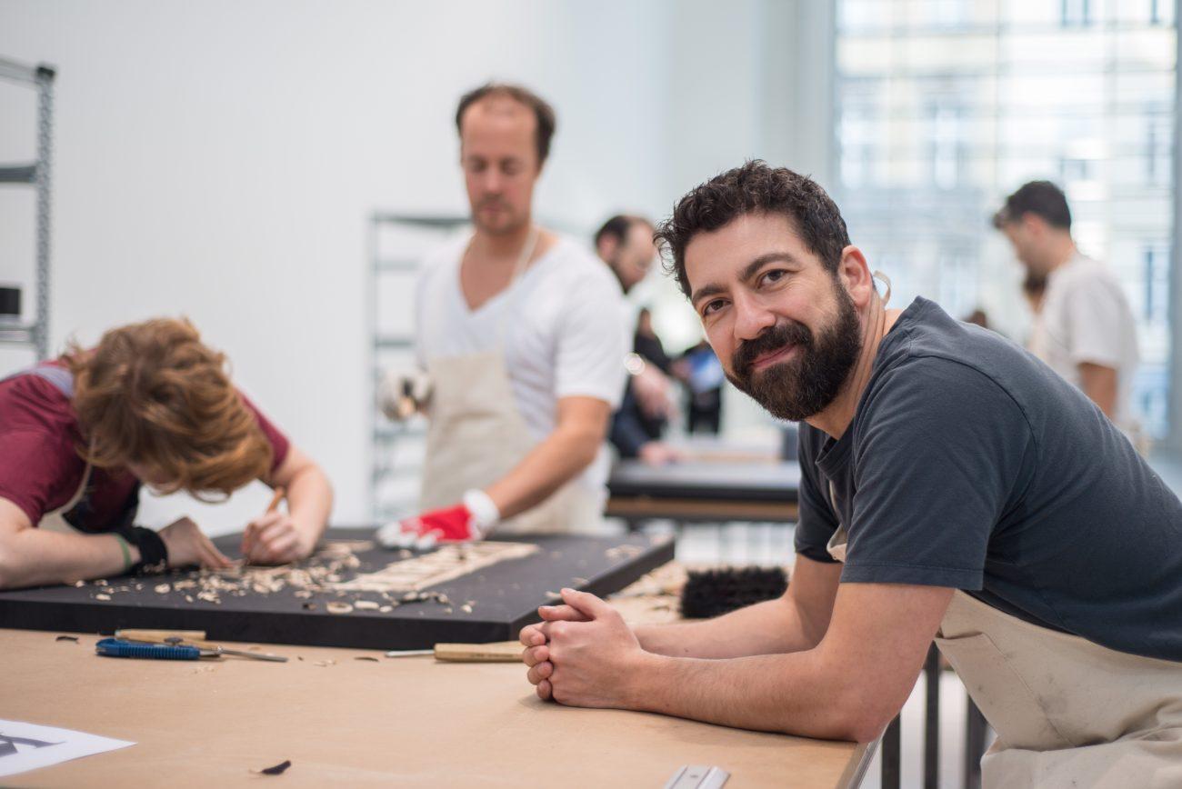 Empahtie statt Hass: Nasan Tur und sein Team beim Drucken in der Galerie BlainISouthern. Foto: F. Anthea Schaap